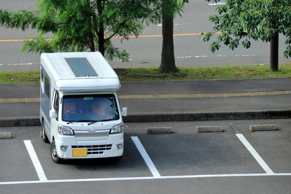 駐車場で車中泊する車